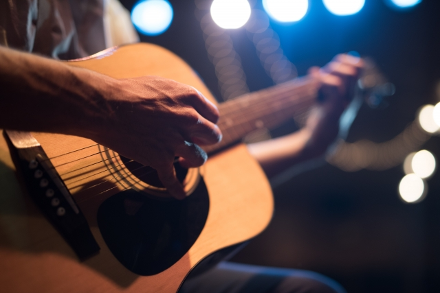 ライブでギターを弾く